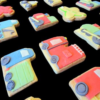 Biscotti decorati per un compleanno a tema mezzi di trasporto