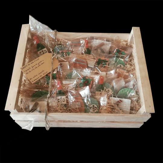Cassetta di legno con biscotti decorati per un'azienda vinicola