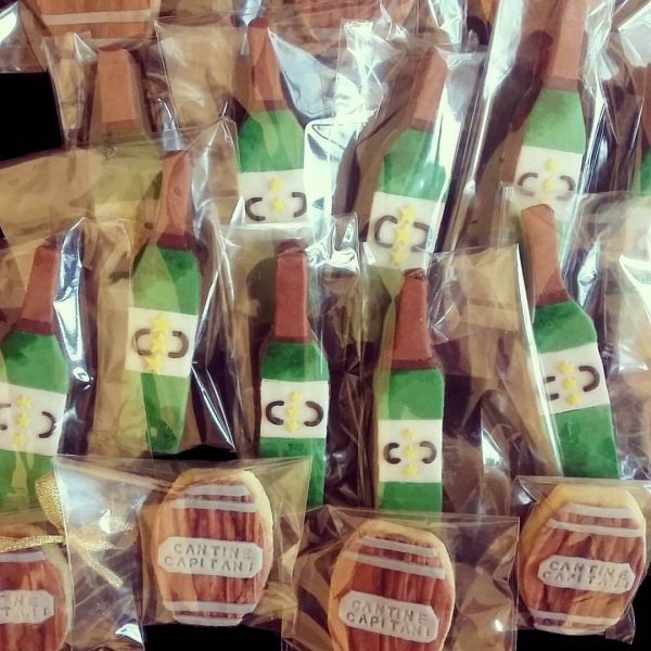 Biscotti bottiglie e botte decorati in pasta di zucchero