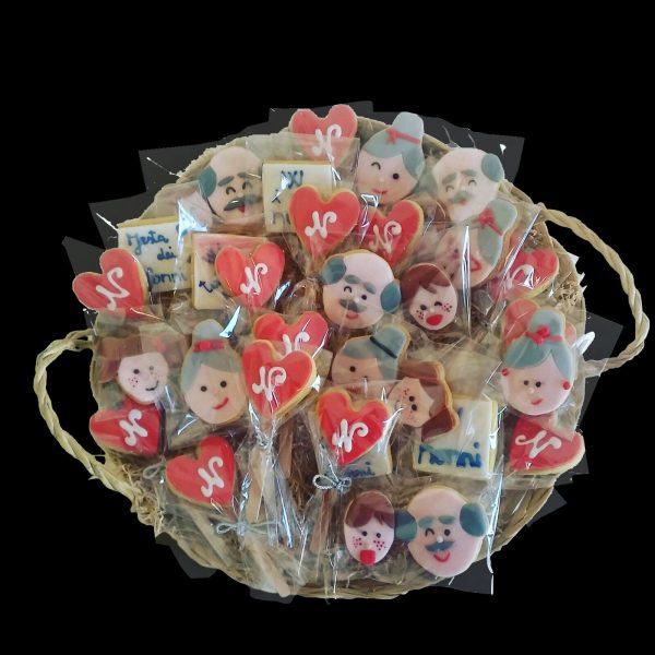 Cesto di biscotti decorati per la Festa dei Nonni