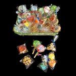 Cesto regalo aperto pieno di biscotti colorati