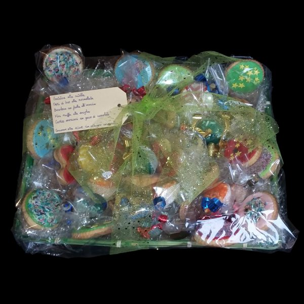 Cesto regalo pieno di biscotti colorati