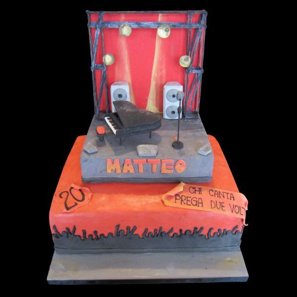 Torta decorata in pasta di zucchero a forma di palco per un compleanno