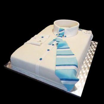 Torta a forma di camicia decorata in pasta di zucchero per un compleanno