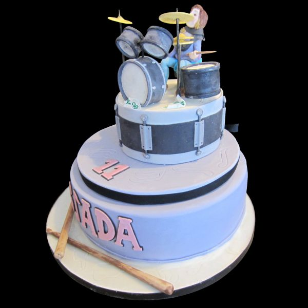 Torta decorata in pasta di zucchero per un compleanno a tema batteria