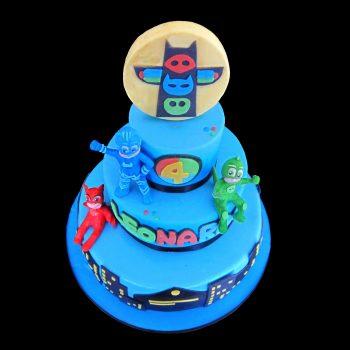 Torta decorata in pasta di zucchero per un compleanno a tema PJ Masks