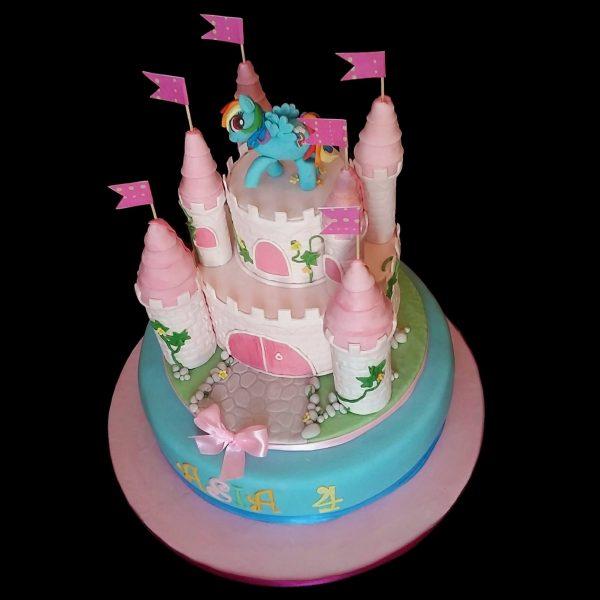 Torta decorata in pasta di zucchero per un compleanno a tema castello dei Mini Pony