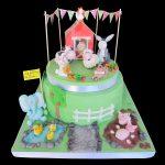 Torta decorata in pasta di zucchero per un compleanno a tema fattoria