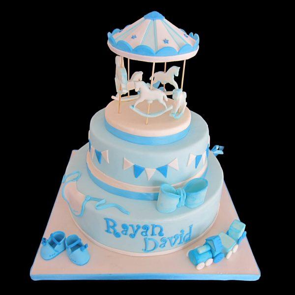 Torta decorata in pasta di zucchero per un Battesimo a tema giostra dei cavalli