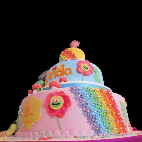 Torta decorata in pasta di zucchero per un compleanno a tema Trolls