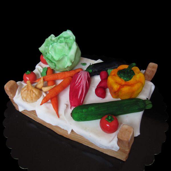 Torta decorata in pasta di zucchero per un compleanno a tema verdure