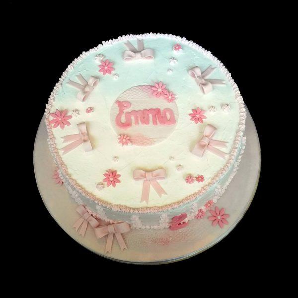 Millefoglie decorata in panna e pasta di zucchero per un compleanno