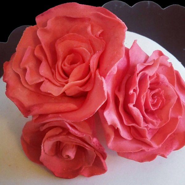 Tre rose rosse in pasta di zucchero