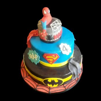 Torta di Spiderman, Superman e Batman decorata in pasta di zucchero per un compleanno