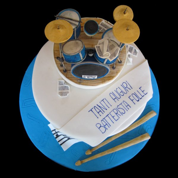 Torta decorata in pasta di zucchero per un compleanno