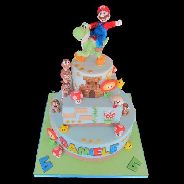 Torta decorata in pasta di zucchero per un compleanno a tema Mario