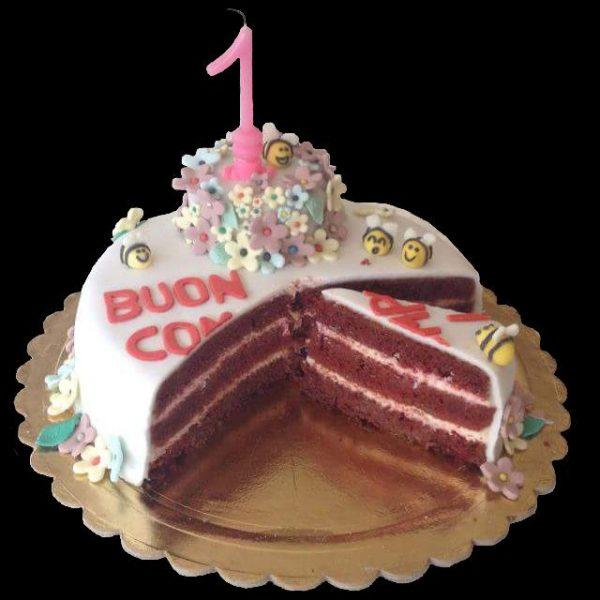 Interno della torta red velvet decorata in pasta di zucchero