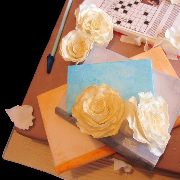 Libri, rose e cruciverba in pasta di zucchero