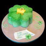 Torta a forma di quadrifoglio decorata in pasta di zucchero per un compleanno