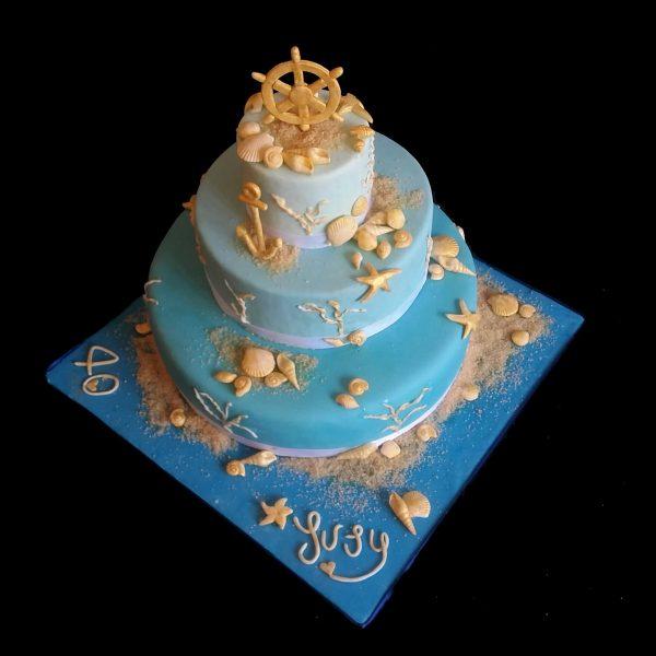 Torta decorata in pasta di zucchero per un compleanno a tema marino