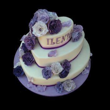 Torta decorata con rose viola in pasta di zucchero per un compleanno