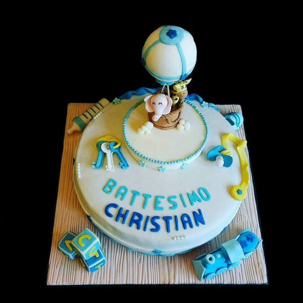 Torta decorata in pasta di zucchero per un Battesimo con una mongolfiera
